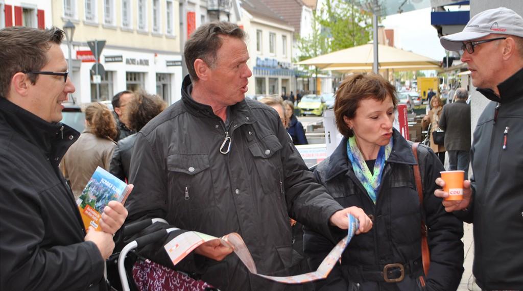 Ralf Heinrich im Bürgergespräch mit dem neuen Wahlprospekt